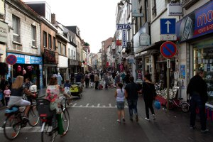 De Gentsesteenweg in Molenbeek, een marokaanse wijk waar dee vrouw woont